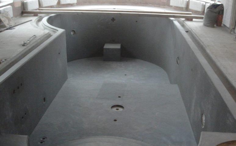 На фото показана оштукатуренная чаша бетонного бассейна.