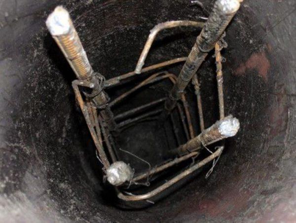 На фото показано правильно расположенные, относительно периметра опалубки, арматурные каркасы
