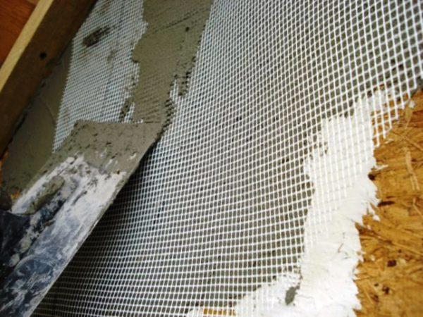 На фото пример того, как шпаклевать стены из ОСБ правильно