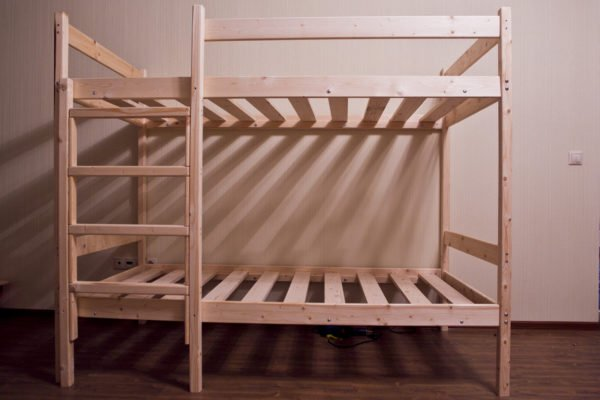 На фото простая двуярусная конструкция, которую вы сможете сделать сами