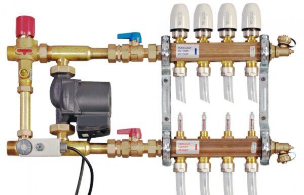 На фото — смесительный узел, управляющий контурами отопительной системы «теплый пол»
