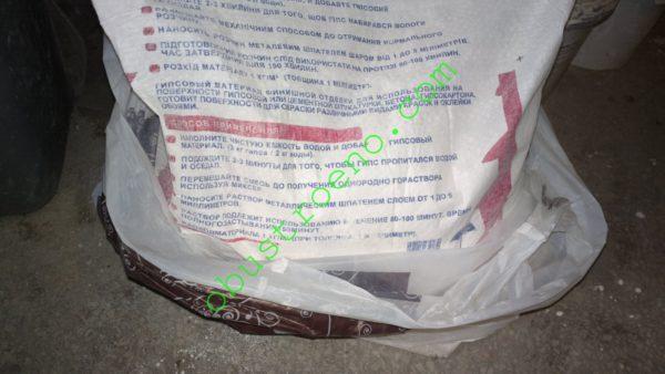 На фото — упаковка шпатлевки Еврогипс. На тыльной стороне мешка есть детальное руководство по приготовлению смеси.