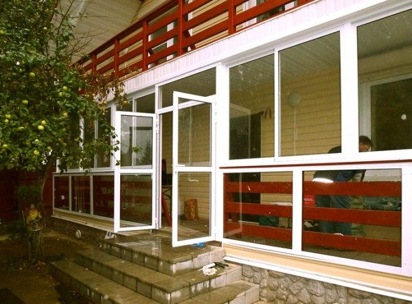 На фото видна деревянная отделка, повторяющая ограждения балкона. Но даже и без неё общий вид гораздо привлекательнее, чем на предыдущей картинке