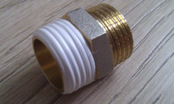 На фото видна разница между обычной резьбой и уплотненной фум-лентой