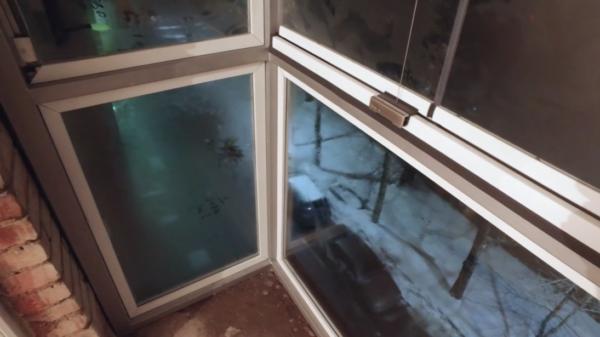 На фото видно, что при попадании тёплого воздуха на балкон, на стеклах буквально сразу выпадает конденсат