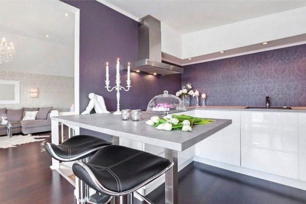 На кухне с темно-лиловыми стенами отлично сочетается белая мебель