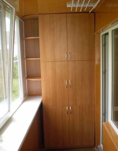 На лоджиях желательно устанавливать светлую мебель.