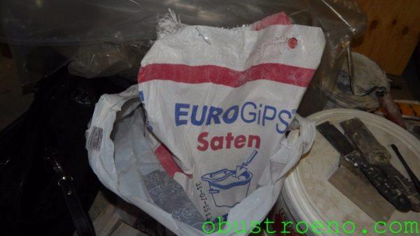 На меня произвела приятное впечатление недорогая гипсовая смесь Eurogips Saten.
