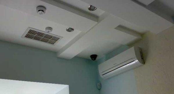 На потолках обычно ставятся жалюзийные конструкции.