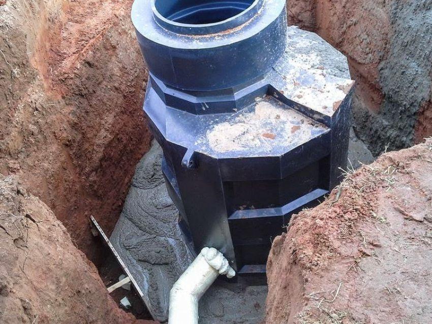 На пучинистых грунтах вокруг резервуара заливается рубашка из армированного бетона.