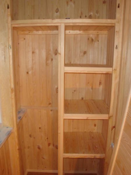 На слабо утепленных лоджиях для сборки шкафа своими руками лучше выбрать натуральное дерево.