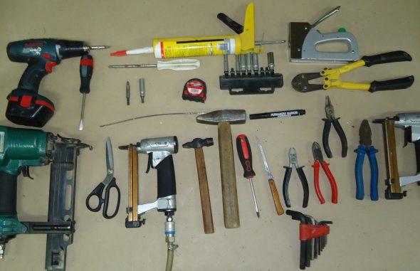 Набор инструмента для обустройства мягкой обивки мебели.