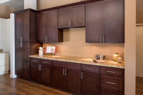 Надежное крепление шкафчиков — важная часть работ по установке кухонного гарнитура