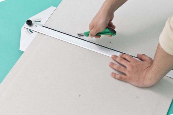 Надрезанный гипсокартон легко ломается по прямым линиям.