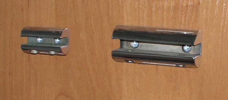Накладные полкодержатели прочно крепятся к стенкам шкафа.