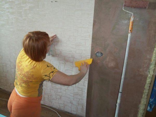 Наклеили — ждем, пока стена высохнет, и не паникуем раньше времени!