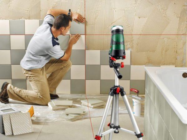 Наклейка кафельной плитки значительно упрощается с использованием лазерного уровня.