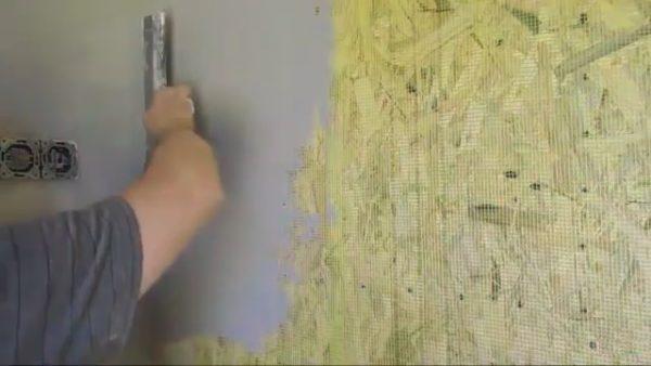 Наклоняя шпатель к поверхности регулируем толщину нанесенного слоя