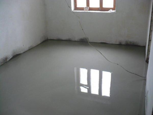 Наливной полимерцементный пол готовит основание для укладки финишного покрытия.
