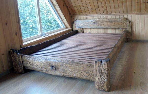 Намеренное состаривание мебели является фишкой стиля.