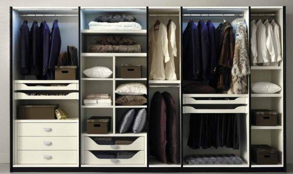 Наполнение шкафа в спальне – здесь вещевая секция соседствует с полками, отведёнными под постельное белье и соответствующие принадлежности