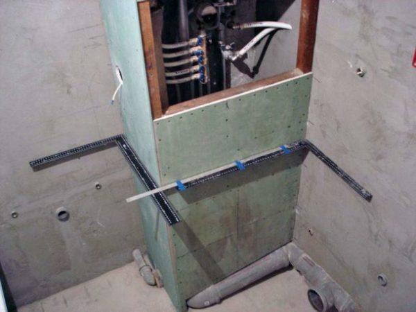 Направляющие устанавливаются точно по указанным меткам на стене, а для точности измерения проводятся строительным уровнем