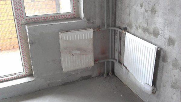Наружный угол прогревается дополнительным радиатором отопления.