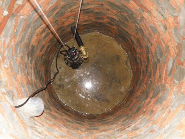 Насосное оборудование установлено в яме, а натянутый трос нужен на случай подъёма для незапланированного ремонта