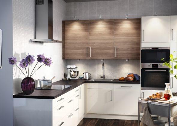 Настенные шкафы в кухонных гарнитурах только с виду кажутся легкими, в действительности они требуют монтажа усиленной, прочной подвески.