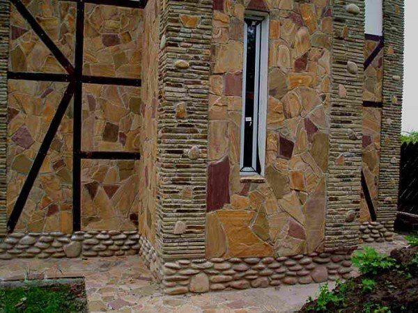 Натуральный камень на фасаде дома.