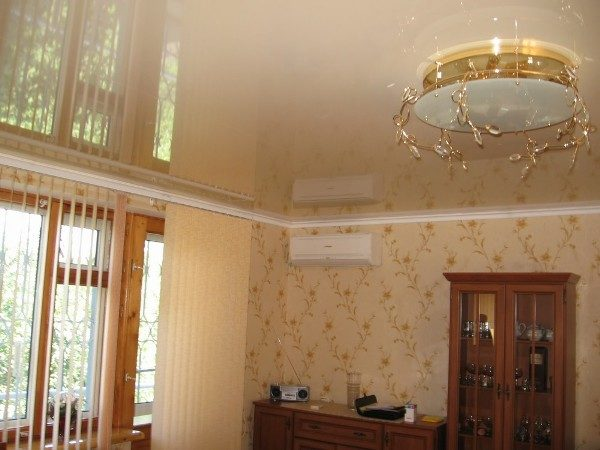Натяжной потолок может быть установлен как до поклейки шпалер, так и после