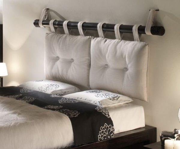 Навесные подушки считаются одним из самых простых и быстрых способов обустройства подголовника над кроватью.