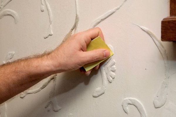 Наждачная бумага позволяет убрать все мелкие недостатки, которые остались после замывания кистью