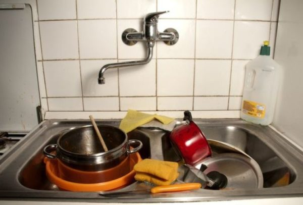 Не оставляйте немытую посуду надолго, она привлечет незваных гостей