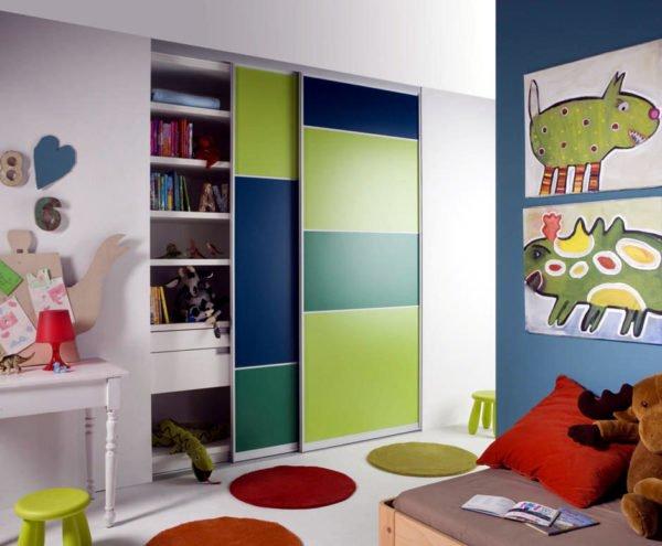 Не рекомендую при сборке шкафа в детской комнате устанавливать стеклянный или зеркальный фасад, так как это небезопасно