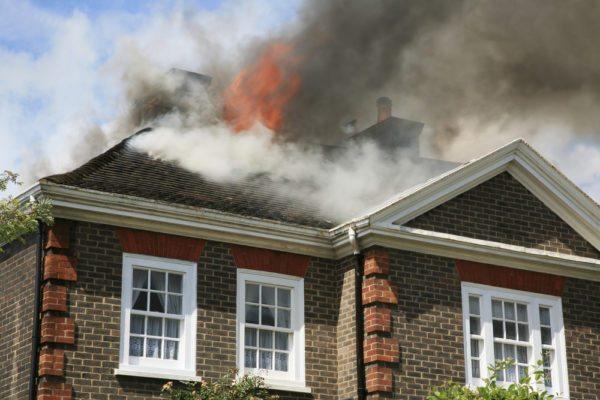 Не важно, гибкая кровля или жесткая установлена на доме – неправильно выполненный обход трубы, чаще всего, приводит к пожару