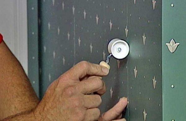 Небольшим резиновым валиком удобно прокатывать по стыкам.
