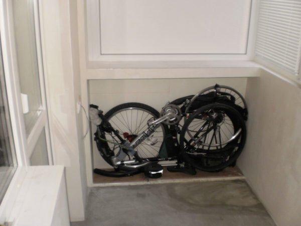 Небольшой шкафчик, устроенный вплотную к балконному парапету