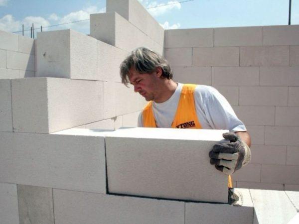 Небольшой вес материала позволяет самостоятельно укладывать большие блоки