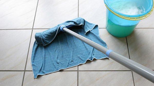 Некачественная плитка может пострадать в процессе уборки. Чтобы этого не произошло, приобретайте устойчивое покрытие