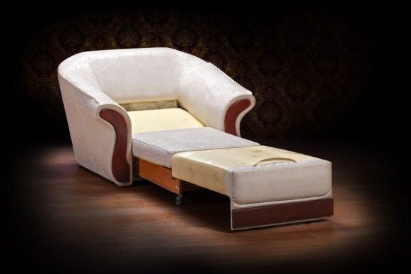 Некоторые люди испытывают дискомфорт при отдыхе в кресле с высокими подлокотниками.