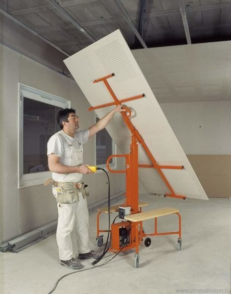 Нелёгкий лист гипсокартона можно перевезти в нужное место, закрепив в подъёмном механизме