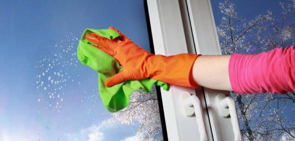 Необходимо при мытье окон надеть резиновые перчатки. Они защитят кожный покров от химических составов