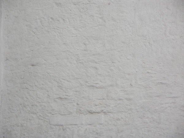 Неровные стены необходимо очистить от побелки о прошпаклевать