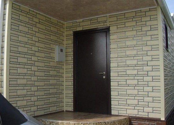 Несмотря на рекомендуемое назначение, цокольный сайдинг часто используется для облицовки стен