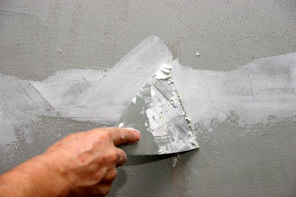 Незначительные дефекты поверхности стены заполняются цементной или акриловой шпаклевкой.