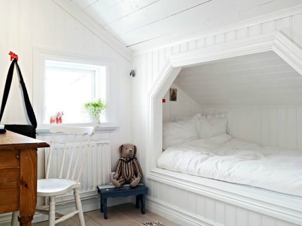 Ниша в стене позволяет сделать спальное место более уютным