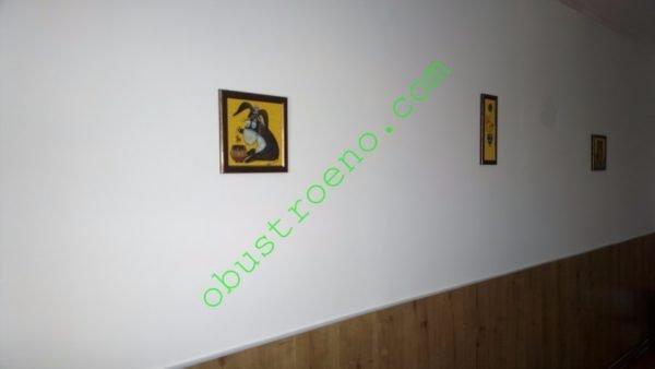 Низ гипсокартонной стены в детской на фото оклеен ламинатом. Швы между листами ГКЛ под ним не заделывались.