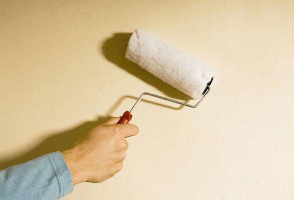 Нужно ли грунтовать стены перед покраской? Если меняется цвет поверхности, то обработка обязательна
