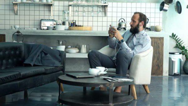 Обеденное помещение будет более уютным, если в нем, вместо обычной кухонной мебели, использовать кресла и журнальный столик из гостиной